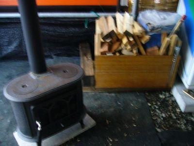 喫煙所、薪&薪ストーブ