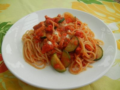 ズッキーニとモッツァレラチーズのトマトパスタ